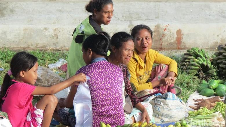 Senyum para pedagang di Pasar Lolowa (Fitraya/detikTravel)