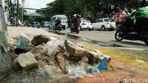Mobil vs Angkot di Tebet Hantam Hidran, Air Terus Mengucur