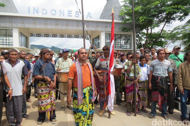 Upacara pengembalian barang pusaka dari Indonesia ke Timor Leste di Jembatan Motaain. Ini adalah momen yang super langka yang bisa dijumpai traveler di PLBN Motaain (Fitraya/detikTravel)