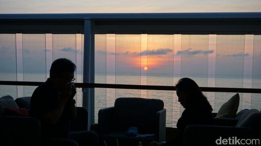 Ah Nikmatnya, Makan di Kapal Pesiar Ditemani Sunset