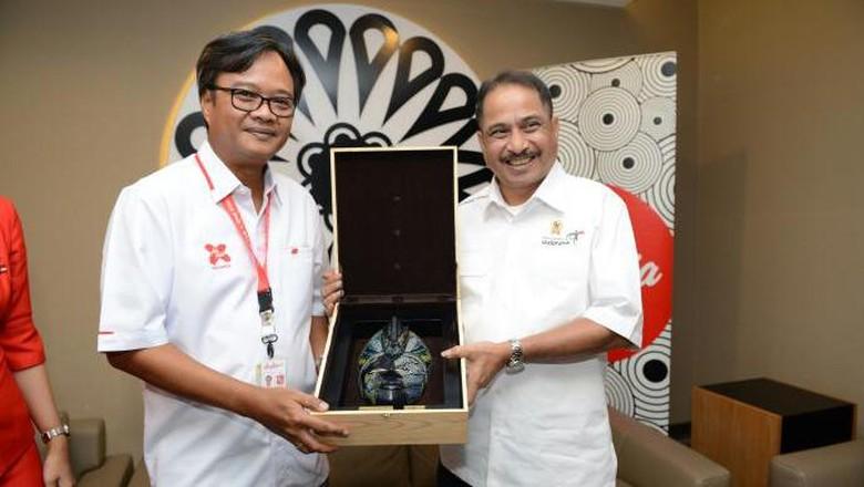 Foto: Menpar Arief Yahya bersama perwakilan AirAsia Indonesia (dok Kemenpar)