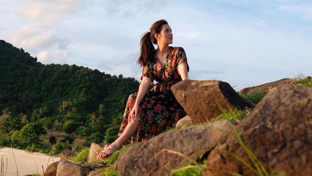 Raisa Jalan-jalan di Lombok, Main ke Pantai Hingga Bukit
