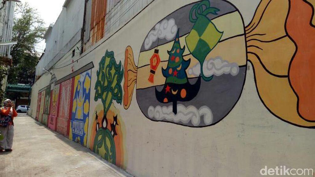 Cerita Mural Ketupat, Lampion, dan Pohon Natal di Kampung Toleransi
