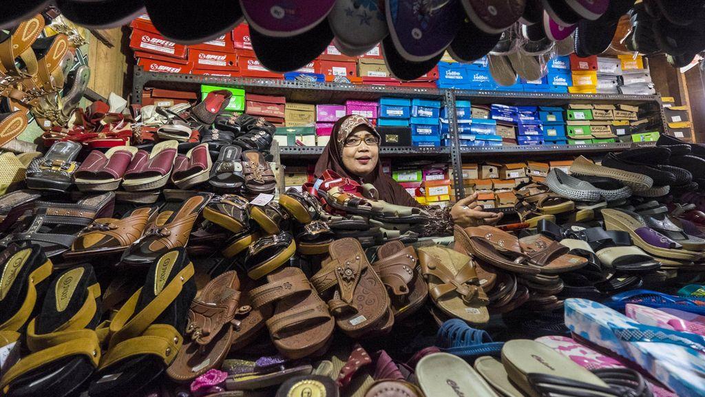 Pedagang Sandal di Pasar Tradisional