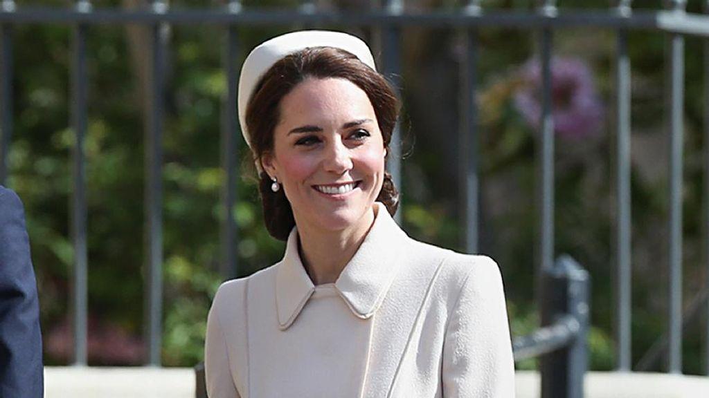 Bak Malaikat, Kate Middleton Anggun dengan Coat Putih saat Paskah