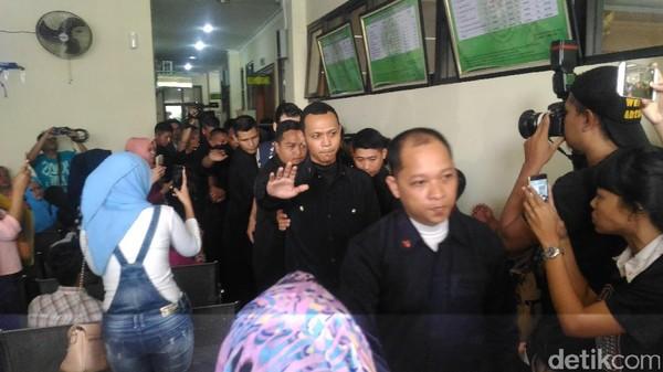 Dikawal Belasan Bodyguard, Atalarik Syah Datangi Pengadilan Agama