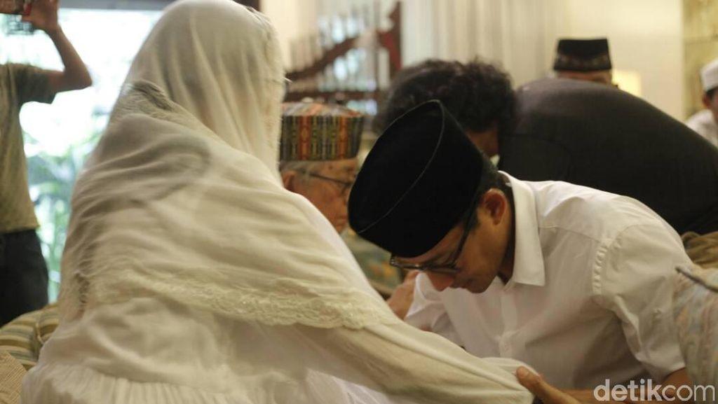Jelang Pencoblosan, Sandiaga Sungkem Minta Doa Orang Tua