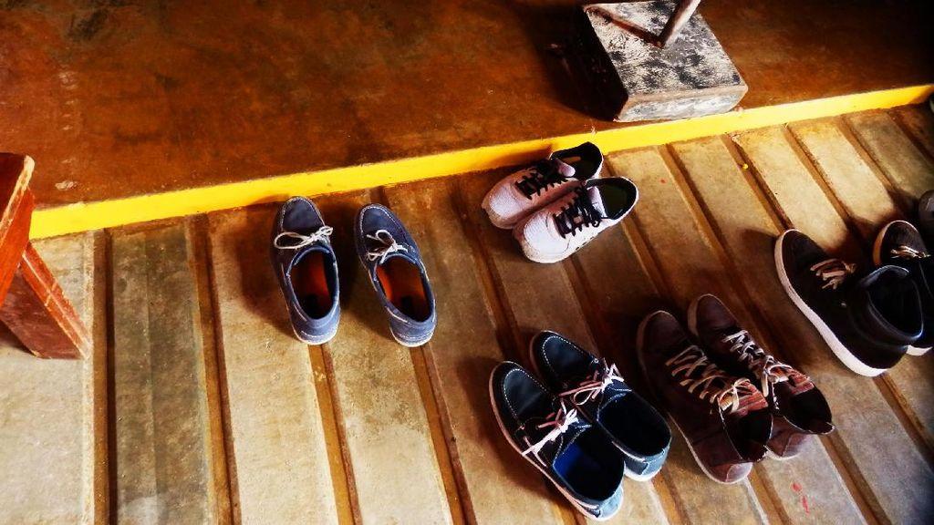 Alasan di Balik Anjuran Melepas Sepatu Saat Masuk Rumah