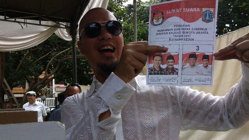 Ahmad Dhani Angkat Surat Suara di TPS, Bukti Nyoblos Anies-Sandi