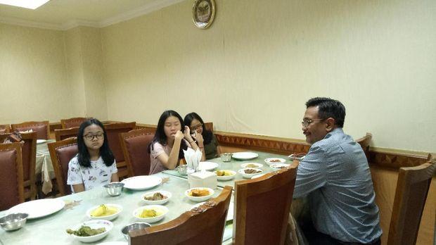 Makan Sekeluarga, Djarot Diberi Kejutan oleh 3 Putrinya