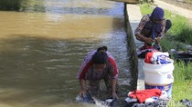 Di Cikopo Soreang, Warga Masih Mencuci di Air Sungai Keruh