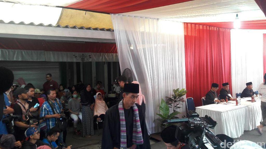 Petugas KPPS di TPS Anies Pakai Baju Adat Betawi