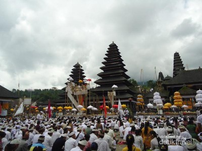 Mengenal Upacara Batara Turun Kabeh di Pura Besakih Bali