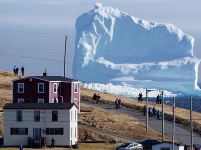 Gunung Es Tiba-tiba Terapung di Laut