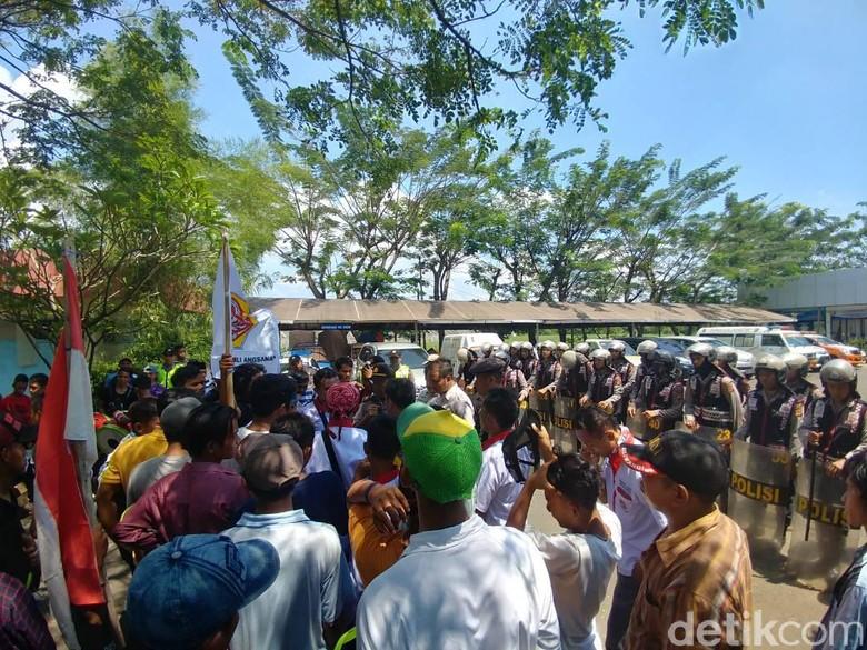Ratusan Pemuda Astanajapura Cirebon Geruduk Pengelola Tol Kanci