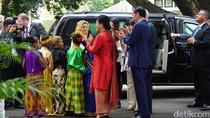 Jokowi dan Anak SD Berpakaian Adat Sambut Wapres AS di Istana