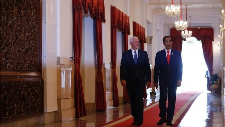Wapres AS Mike Pence Pukul - Jakarta Wakil Presiden memukul beduk dalam kunjungannya yang didampingi isteri dan anak perempuannya yang mengenakan Mike Pence dan
