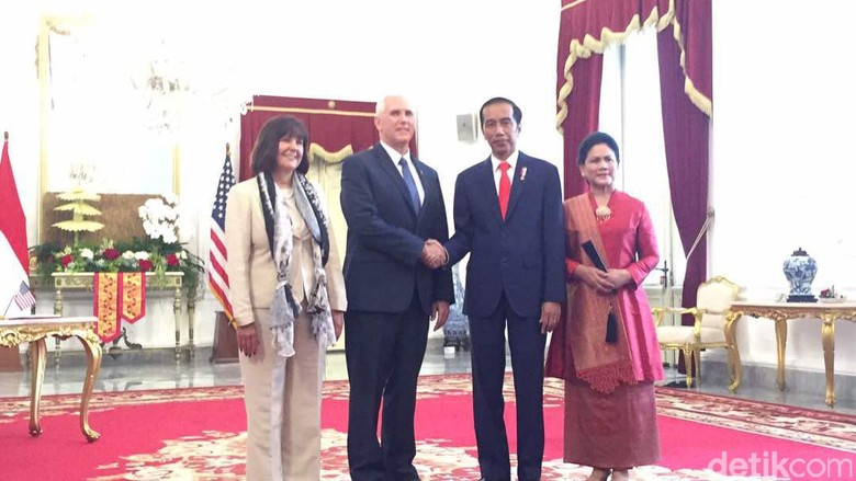 Jokowi Ajak Wapres AS Pence - Jakarta Setelah melakukan dan pertemuan tertutup di Istana Presiden Joko Widodo mengajak Wakil Presiden Amerika Serikat Michael Richard