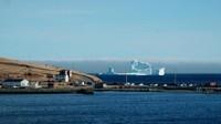 Jarang sekali ada gunung es yang begitu besar muncul begitu dekat dengan kawasan pesisir (Jody Martin/Reuters)