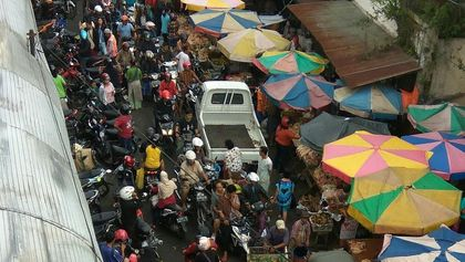 Kemacetan antrean keluar masuk pasar raya salatiga