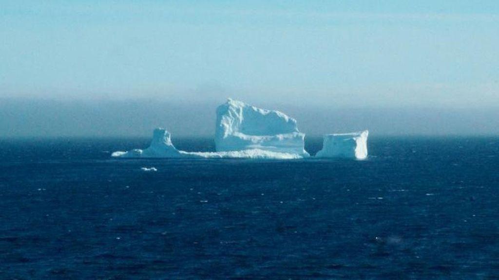 Penampakan Gunung Es Terapung di Laut