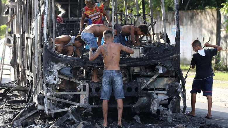 Bongkar Bus yang Terbakar, Warga Brasil Ambil Sisa Besi