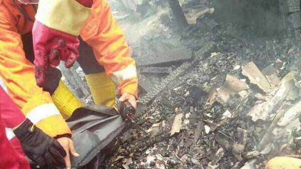 Kebakaran menewaskan Nabila (1). Lima unit mobil Damkar dikerahkan untuk menjinakkan si jago merah.