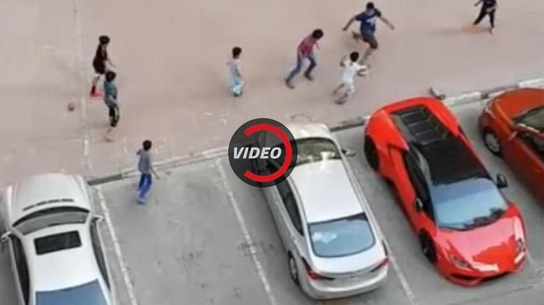 Ketika Lamborghini Dijadikan Gawang..