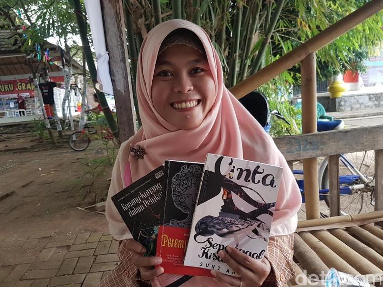 Perjuangan Siti dari Jual Kerupuk Sampai Jadi Penulis Cerpen