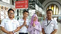 Peringati Hari Kartini, Wanita Petugas KRL Tampil Berkebaya