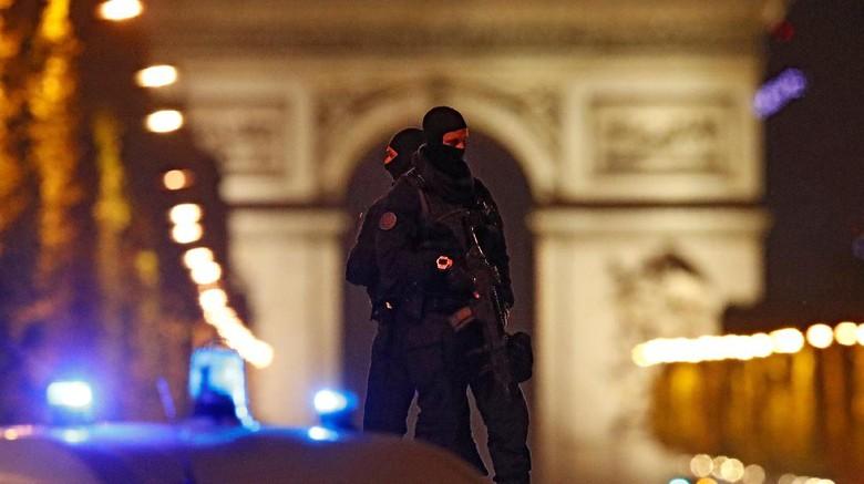 Kepanikan Warga dan Turis Asing Saat Penembakan di Champs Elysees