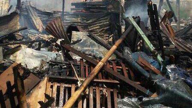Kebakaran diduga akibat seorang ibu yang lupa mematikan kompor saat pergi ke pasar.