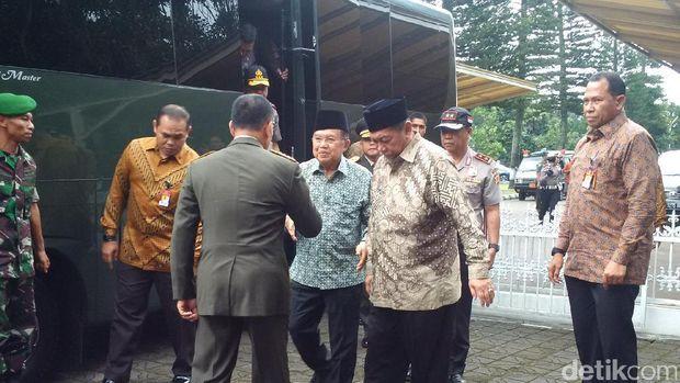 Wapres Jusuf Kalla Ikut Menyolatkan Mantan Ajudannya di Bandung