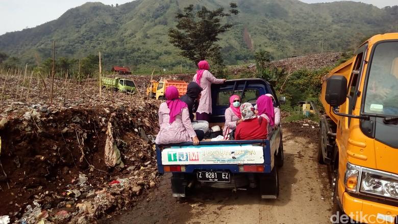 Hari Kartini, Istri Pengusaha di Garut Blusukan ke Tempat Sampah
