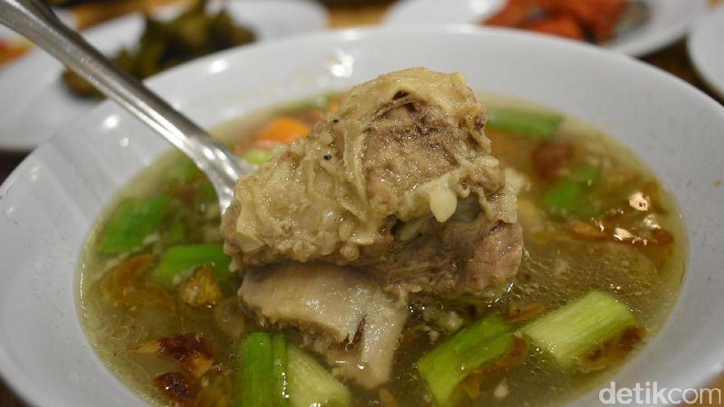 Hujan-hujan Enaknya Makan Semangkuk Sup Iga Hangat