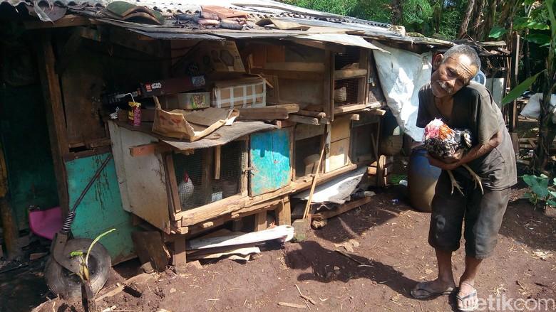 Cerita Penyakit Aneh Abah Tarsa yang Huni Gubuk Derita di Bandung