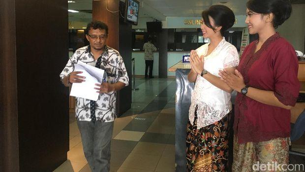 Para polwan berkebaya ramah melayani warga di Gedung Pelayanan Satu Atap Polda Metro Jaya