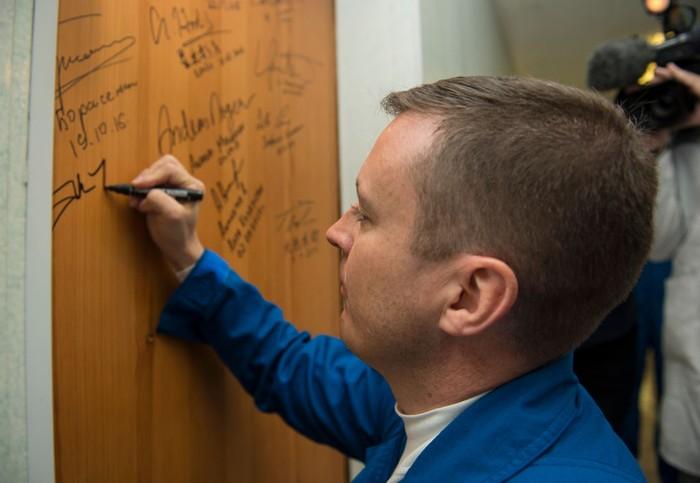 Ketika Fischer (43) membubuhkan tanda tangan di hotel menjelang peluncuran. (Foto: GettyImages)