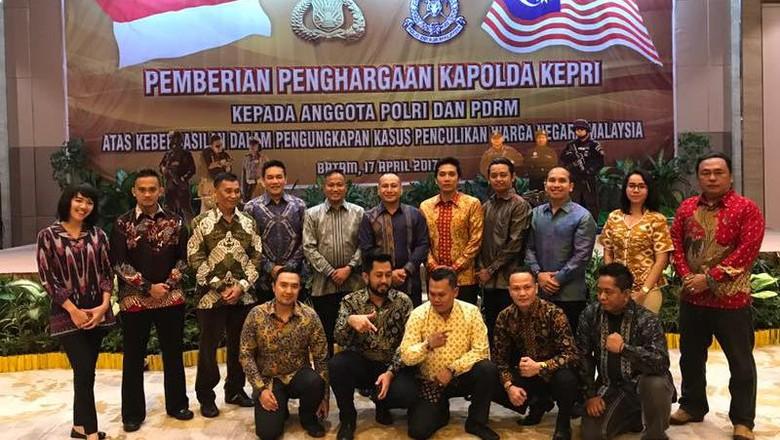 Kapolda Riau Beri Penghargaan kepada 38 Polisi Malaysia