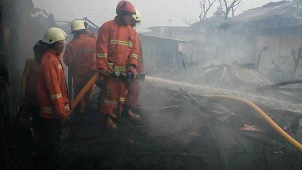 Petugas Damkar Jakarta Utara memadamkan api