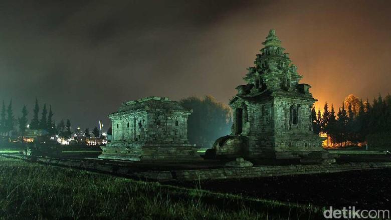 Suasana Komplek Candi Arjuna Dieng di malam hari (Randy/detikTravel)