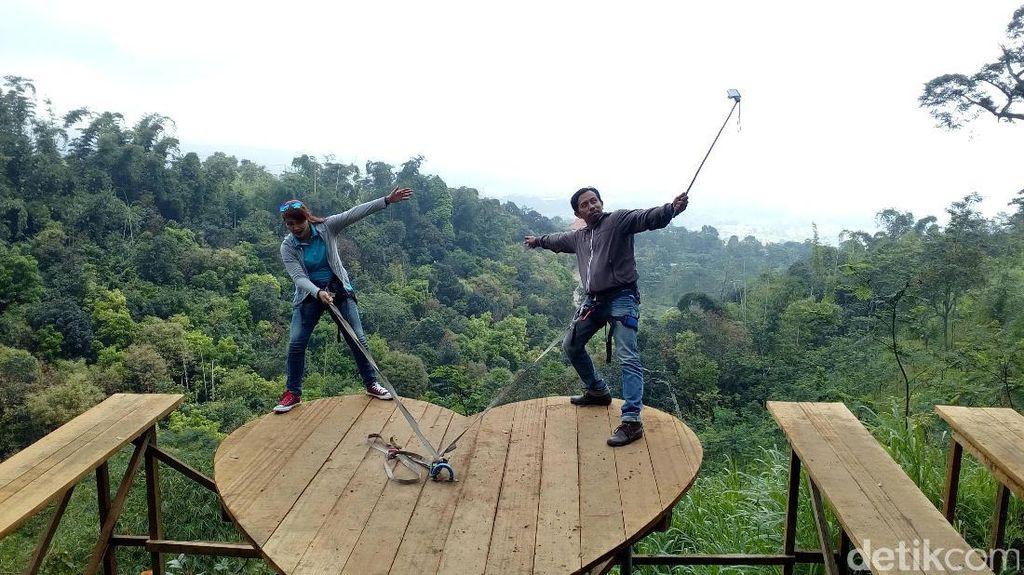 Mendebarkan! Selfie di Atas Jurang di Lembah Cinta Mojokerto