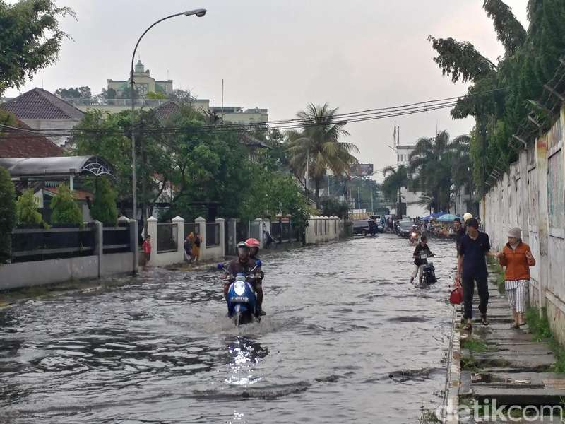 Turun Hujan, Jalan Menuju Stasiun Bandung Selalu Banjir