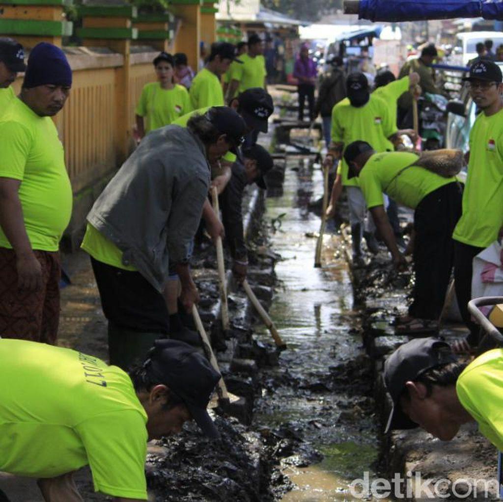 Sambut May Day, Ribuan Buruh Kabupaten Bandung Lakukan Bakti Sosial