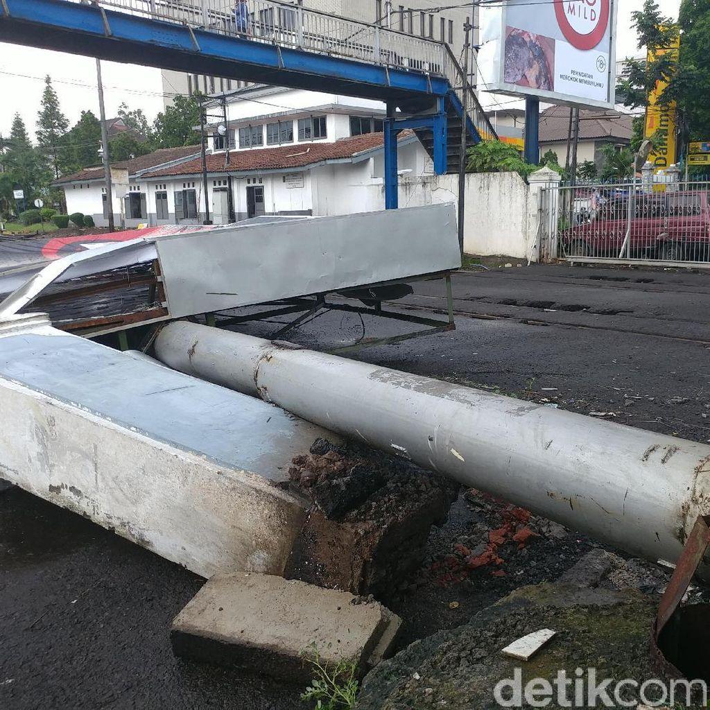 Reklame Roboh Tutupi Dua Lajur Rel Kereta Api di Bandung