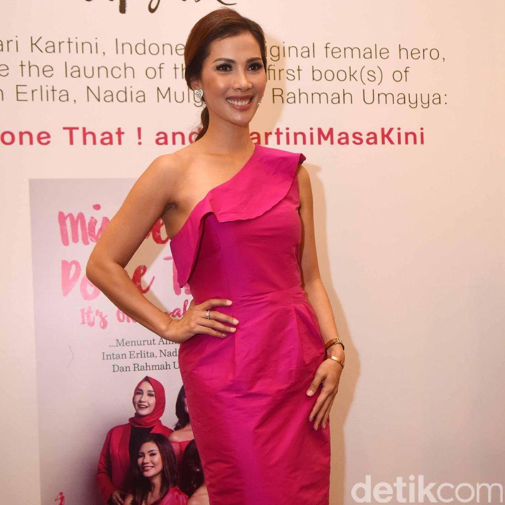 <i>Hot Pink</i>, Nadia Mulya!