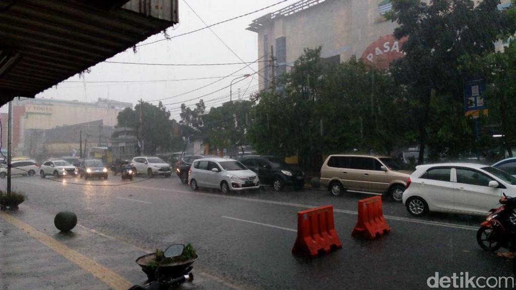 Hujan Lebat, Kabel Listrik Depan Pasar Kosambi Bandung Terjuntai