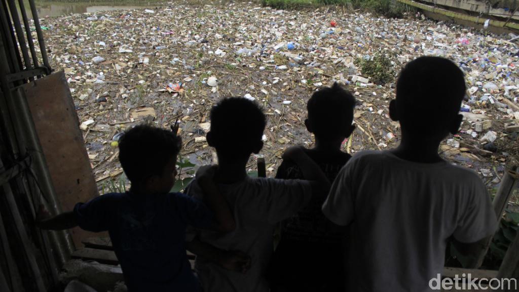Warga Sapan Bandung Keluhkan Tumpukan Sampah di Sungai Cikeruh