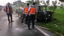 Tabrak Pembatas Jalan, L300 Terbakar di Tol Porong