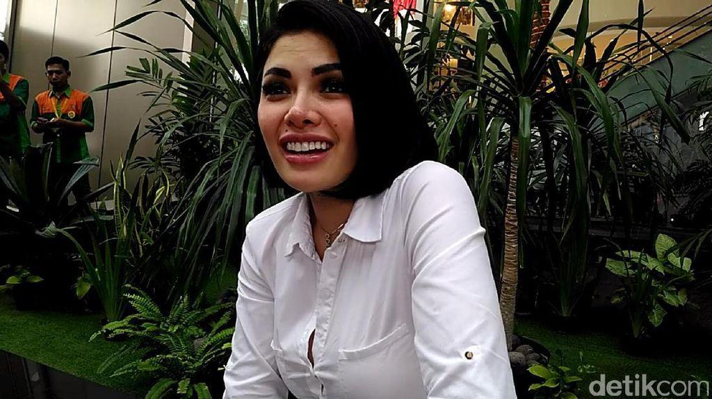 Duh! Ramadan, Nikita Mirzani Ciuman Mesra dengan Cowok Bulenya di Italia